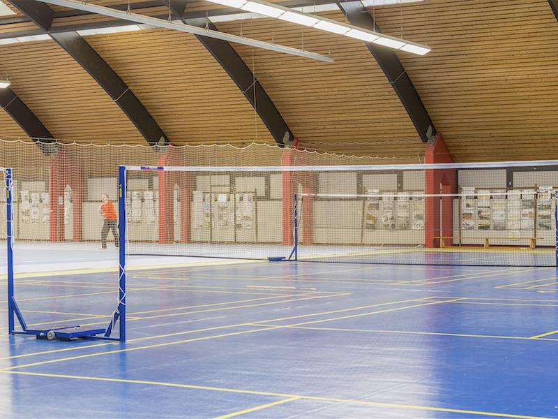 Das 1,55 Meter hohe Netz trennt das Badminton Spielfeld