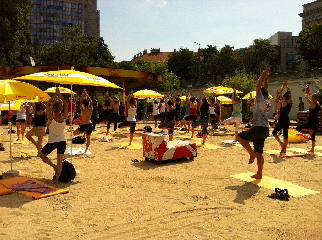 Yoga im Park Wien - Yoga am Strand